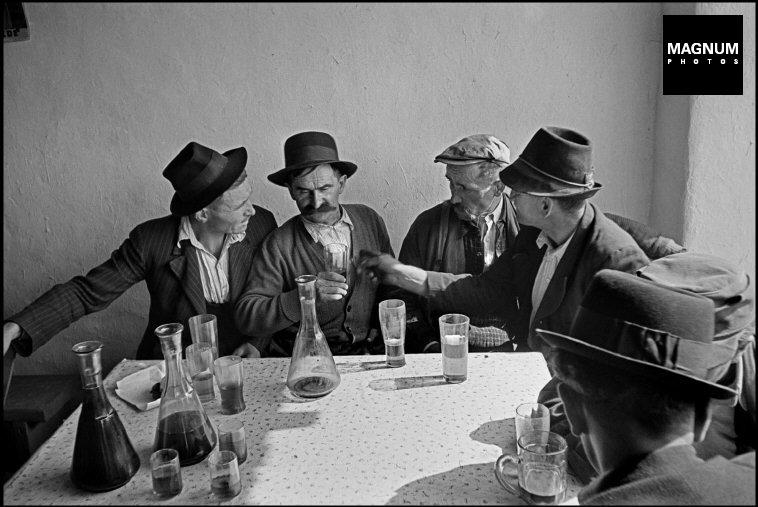 Fotó: Werner Bischof: Falusi kocsma, 1947 © Werner Bischof/Magnum Photos