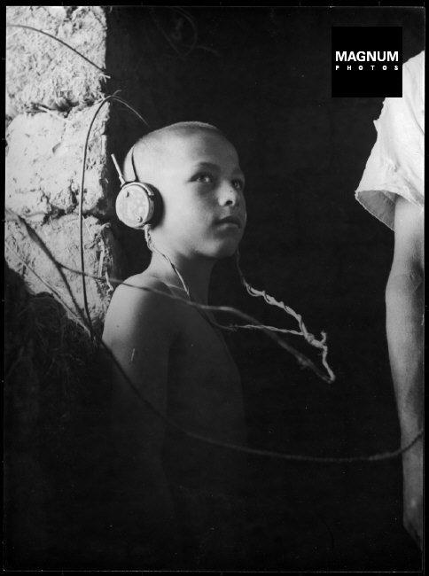 Fotó: Werner Bischof: Debrecen, Egy kisfiú házilag barkácsolt rádión hallgatja a Budapest Rádiót, 1947 © Werner Bischof/Magnum Photos