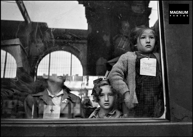 Fotó: Werner Bischof: Budapest, A Svájcba induló Vöröskereszt vonata, 1947 © Werner Bischof/Magnum Photos