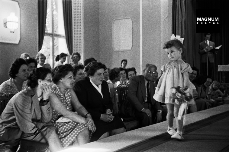 Fotó: Erich Lessing: Gyerekdivat bemutató, Budapest, 1956 © Erich Lessing/Magnum Photos