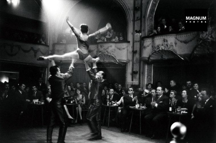 Fotó: Elliott Erwitt: Budapest, Budapesti Táncpalota, Nagymező u. 17., 1964 © Elliott Erwitt/Magnum Photos