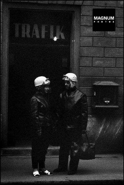 Fotó: Marilyn Silverstone: Motoros pár, Budapest, 1968 © Marilyn Silverstone/Magnum Photos