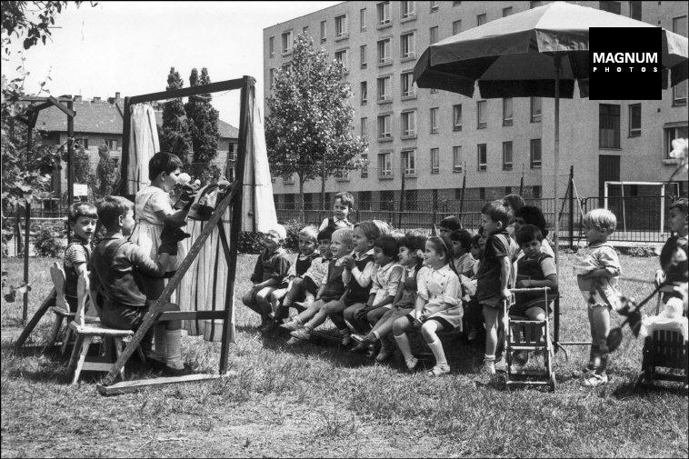 Fotó: Martine Franck: Bábszínház a napköziben, Budapest, 1967 © Martine Franck/Magnum Photos