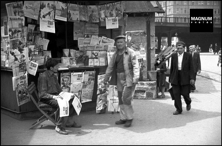 Fotó: Erich Lessing: Budapest, Újságosbódé, 1956. nyár © Erich Lessing/Magnum Photos