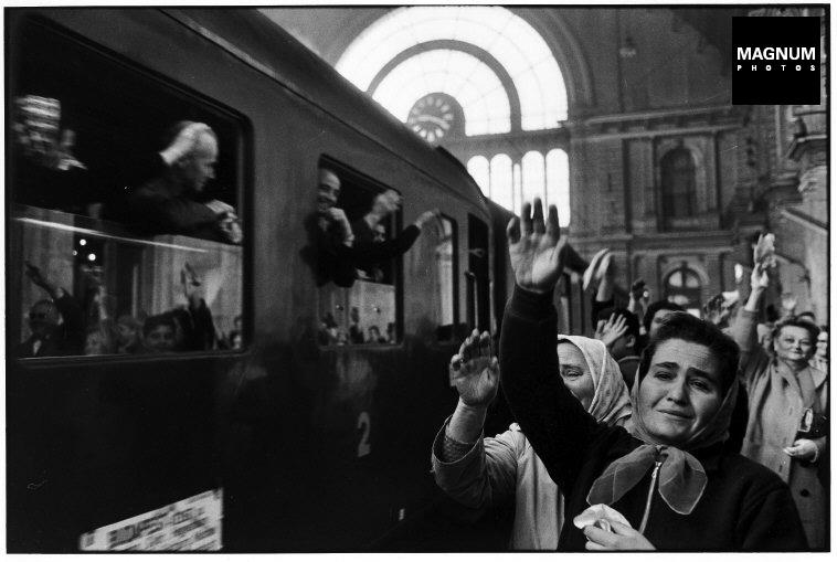 Fotó: Elliott Erwitt: Keleti pályaudvar, Budapest, 1964 © Elliott Erwitt/Magnum Photos