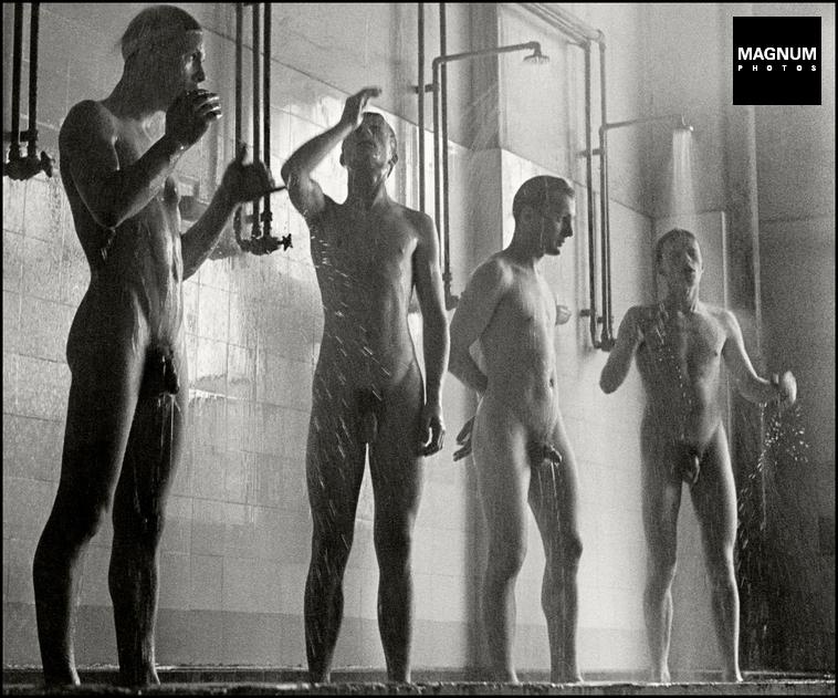 Fotó: Herbert List: Fiatal munkások a gyár zuhanyzójában, Phoenix AG, Hamburg, Németország, 1954 © Herbert List/Magnum Photos