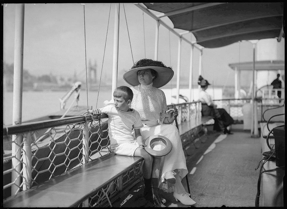 Fotó: Jacques Faix: Felesége és fia hajón, 1910 © Magyar Fotográfiai Múzeum