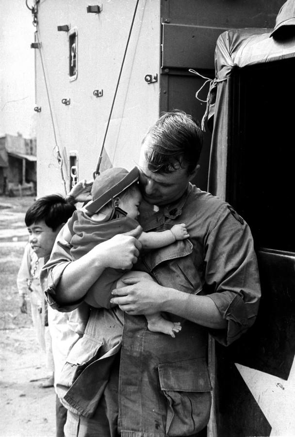 Fotó: Kondor László: Látogatás a Chu Lai-i árvaházban, 1970