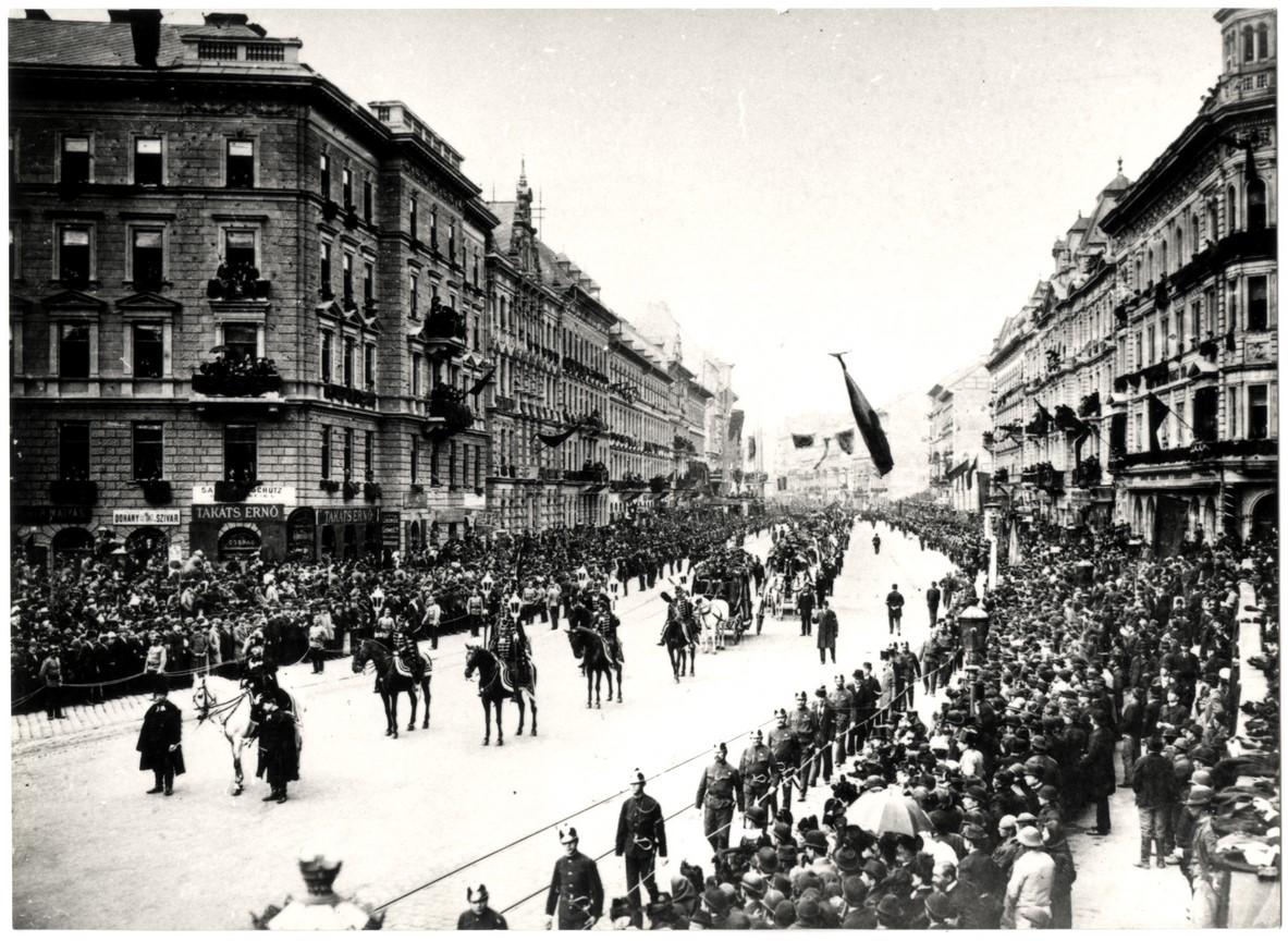Fotó: Mai Manó: Kossuth Lajos temetési menete elhalad a Váczi körúton (Bajcsy Zsilinszky út). 1894 © Magyar Fotográfiai Múzeum