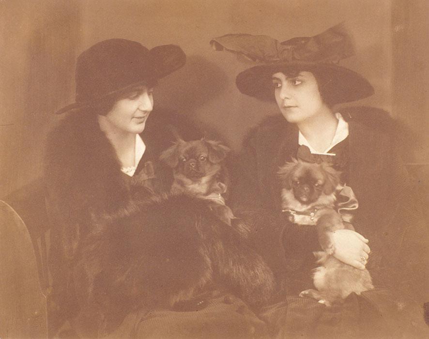 Fotó: Máté Olga: Két dáma kutyával, 1918. Matt albumin © Magyar Fotográfiai Múzeum