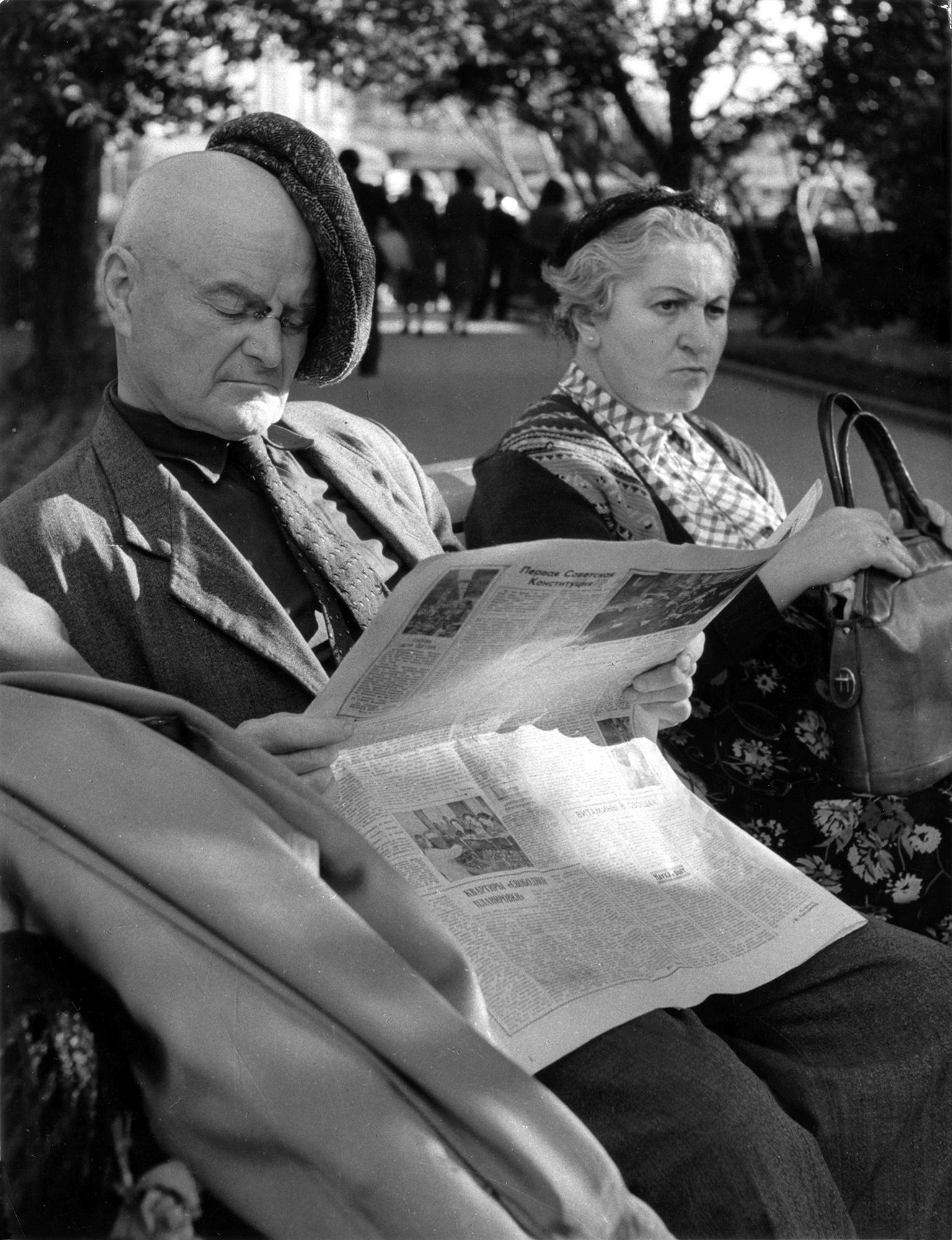 Fotó: Vadas Ernő: Muszáj mindig újságot olvasni? (Moszkva) (Idõs pár a padon), 1959 © Magyar Fotográfiai Múzeum