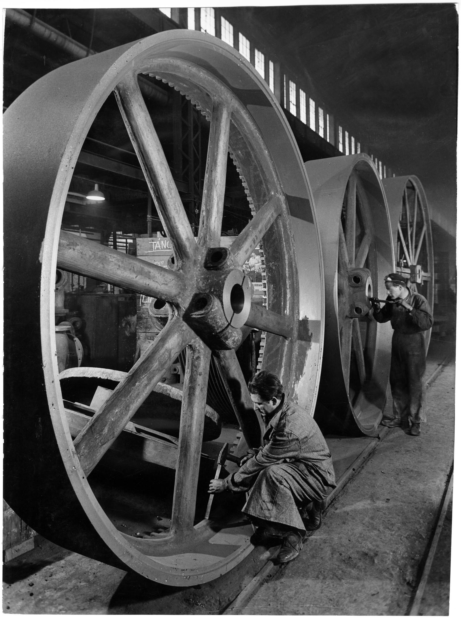 Fotó: Vadas Ernő: Lendítőkerekek, 1951 © Magyar Fotográfiai Múzeum
