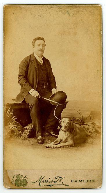 ferfi-kutyaval-1892-korul.jpg