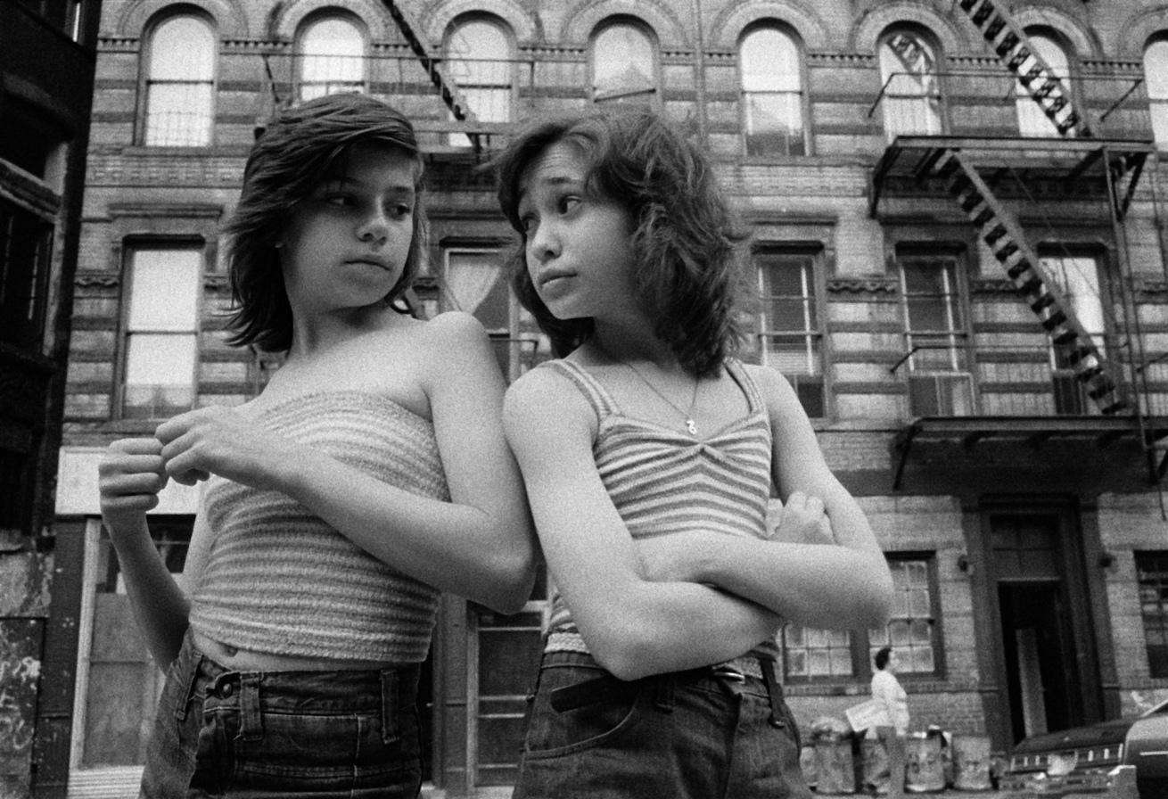 Susan Meiselas (b. 1948, Baltimore)<br />Dee et Lisa, Mott Street, Little Italy, New York, 1976<br />1976<br />Série Prince Street Girls, 1975-1990<br />© Susan Meiselas/ Magnum Photos