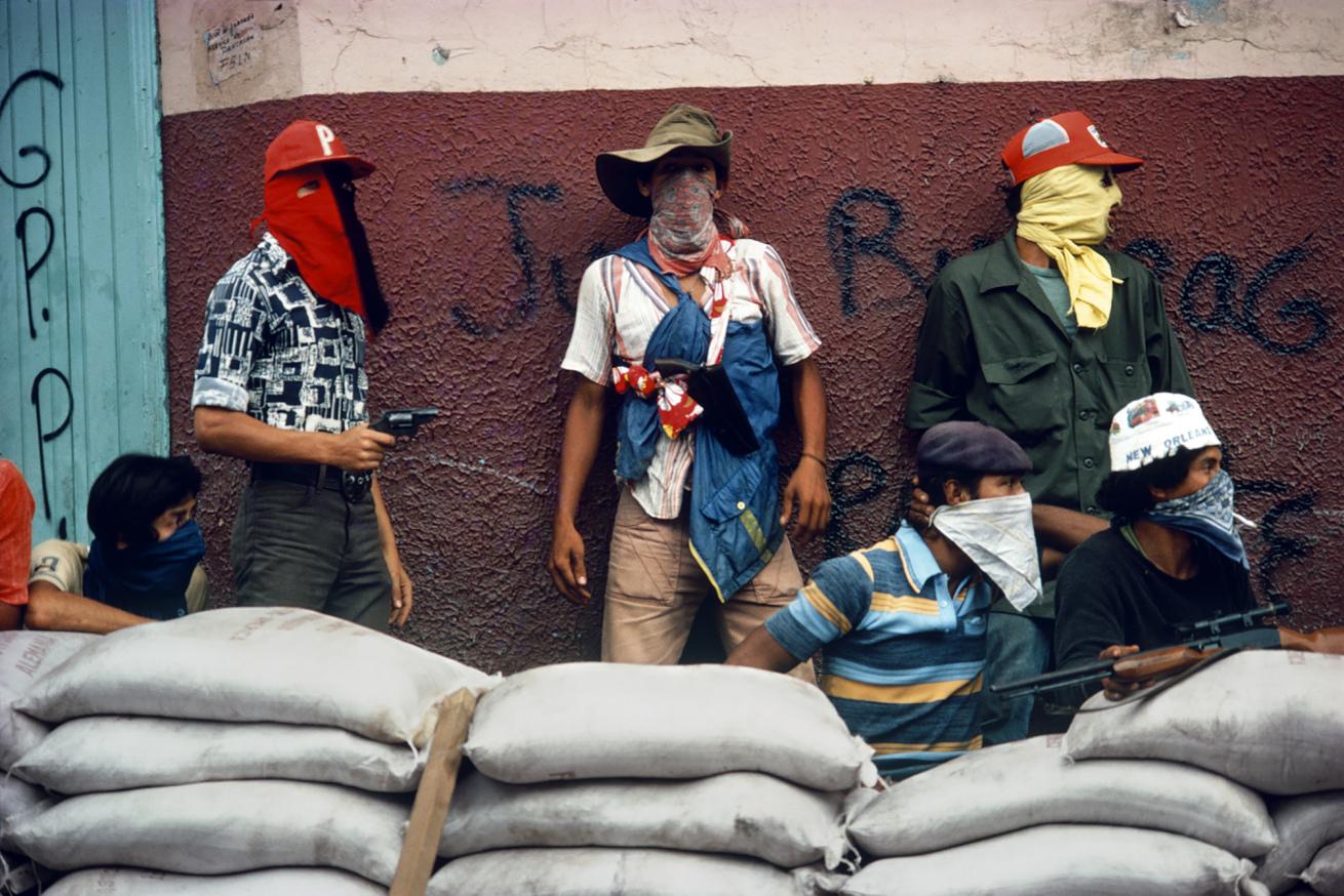 Susan Meiselas (b. 1948, Baltimore)<br />Muchachos attendant la riposte de la Garde nationale, Matagalpa, Nicaragua<br />1978<br />© Susan Meiselas/ Magnum Photos