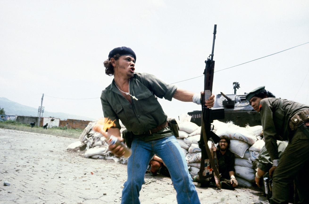 """Susan Meiselas (b. 1948, Baltimore)<br />Sandinistes aux portes du quartier général de la Garde nationale à Esteli : """"L'homme au cocktail Molotov"""", Nicaragua<br />16 juillet 1979<br />© Susan Meiselas/ Magnum Photos"""