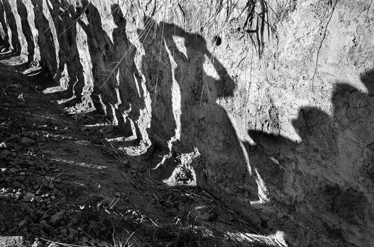 Susan Meiselas (b. 1948, Baltimore)<br />Soldats fouillant la passagers du bus sur l'autoroute Nord, El Salvador<br />1980<br />© Susan Meiselas/ Magnum Photos