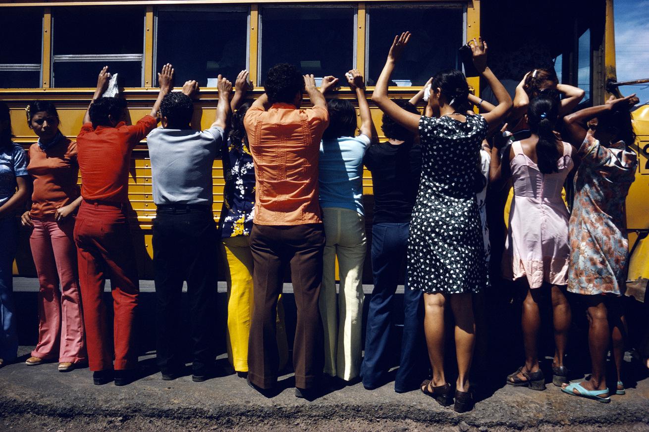 Susan Meiselas (b. 1948, Baltimore)<br />Fouille de toutes les personnes voyageant en voiture, en camion, en bus ou à pied, Ciudad Sandino, Nicaragua<br />1978<br />© Susan Meiselas/Magnum Photos