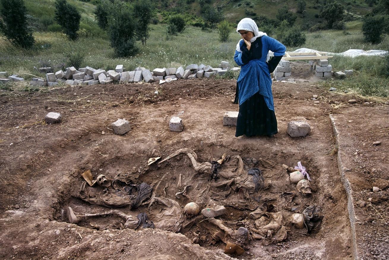 Susan Meiselas (b. 1948, Baltimore)<br />Veuve sur le charnier de Koreme, nord de l'Irak<br />1992<br />© Susan Meiselas/Magnum Photos