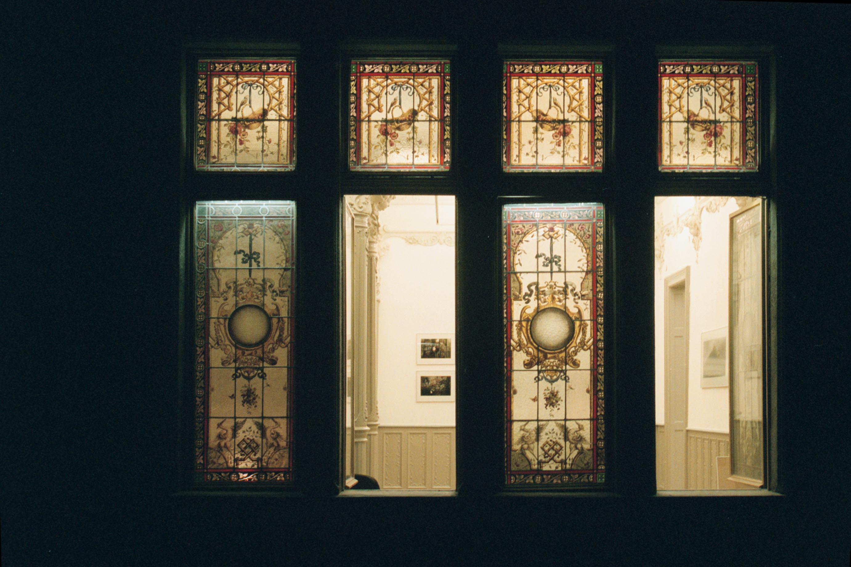 A 2. emeleti Róth Miksa ablakok, 1990-es évek vége<br />Fotó: Bánkuti András