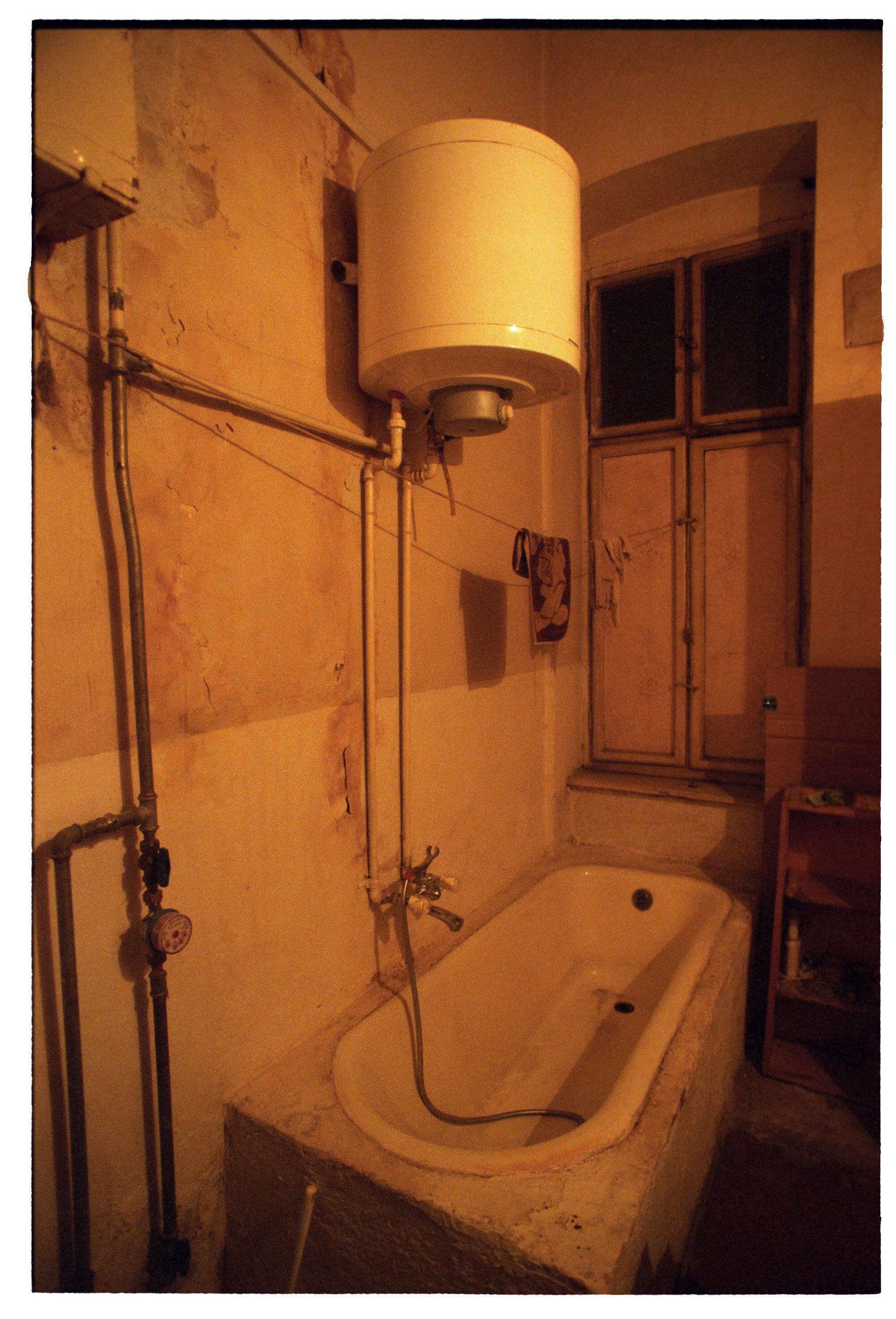 Fürdőszoba a negyedik emeleti tetőtérben, 1990-es évek vége<br />Fotó: Bánkuti András