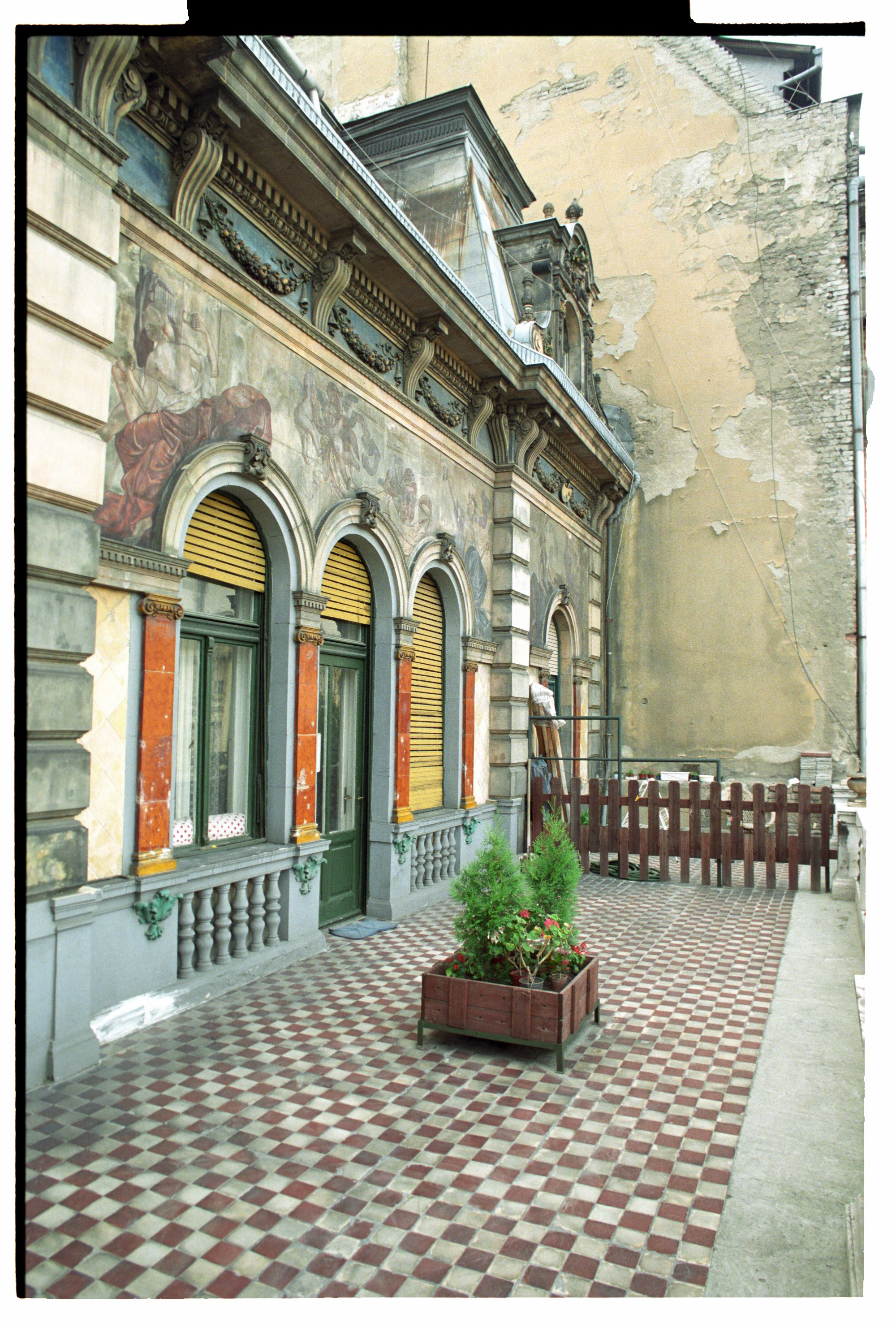 A harmadik emeleti terasz a felújítás előtt, 1990-es évek vége<br />Fotó: Bánkuti András