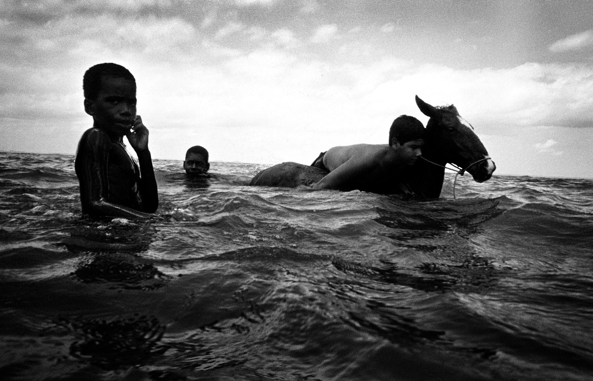 Fotó: Molnár Zoltán: Gyerekek szamárral a brazíliai Salvador da Bahia partjainál.