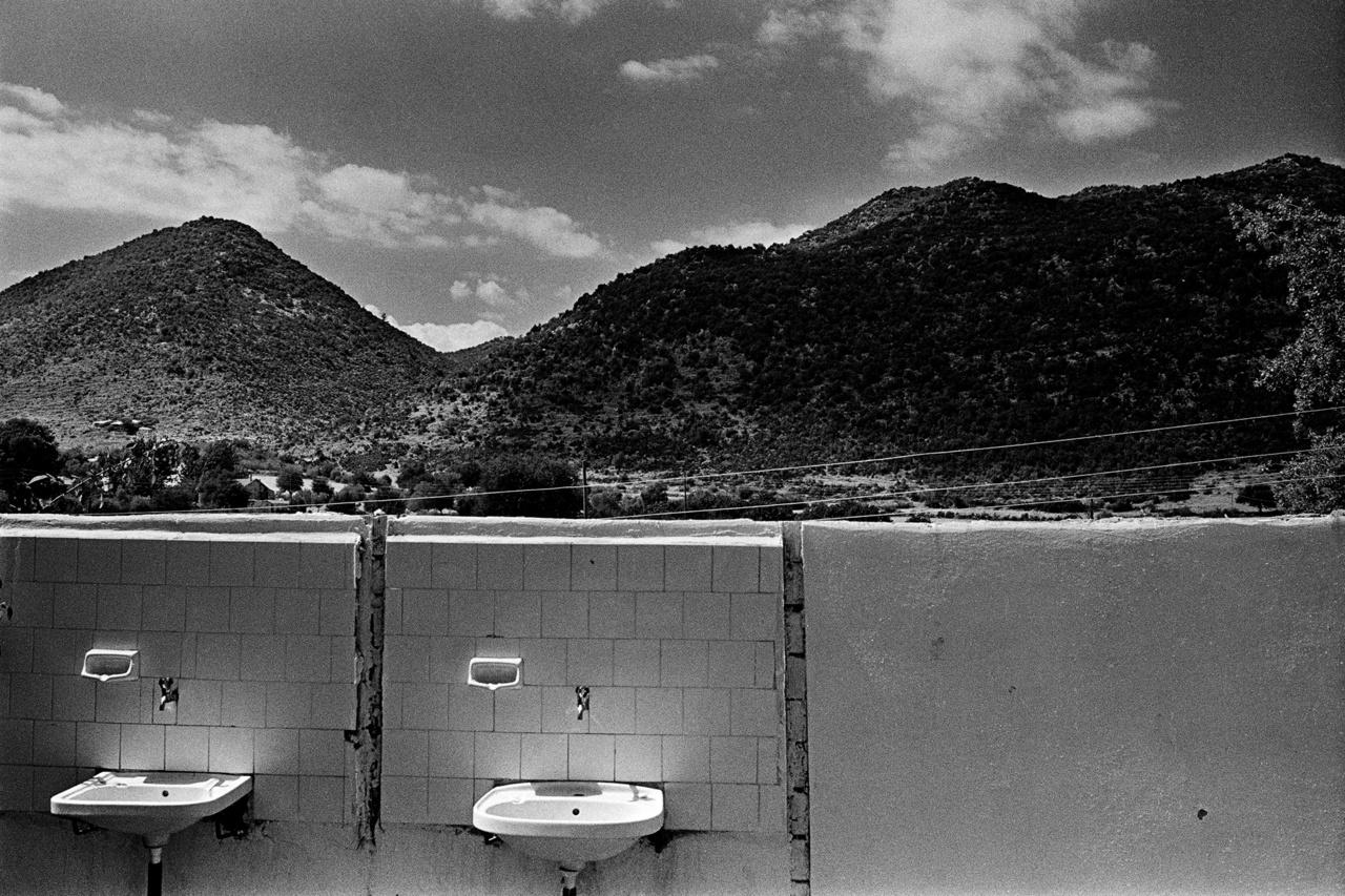 Fotó: Molnár Zoltán: Elhagyatott mosdókagylók Törökországban, háttérben hegyekkel