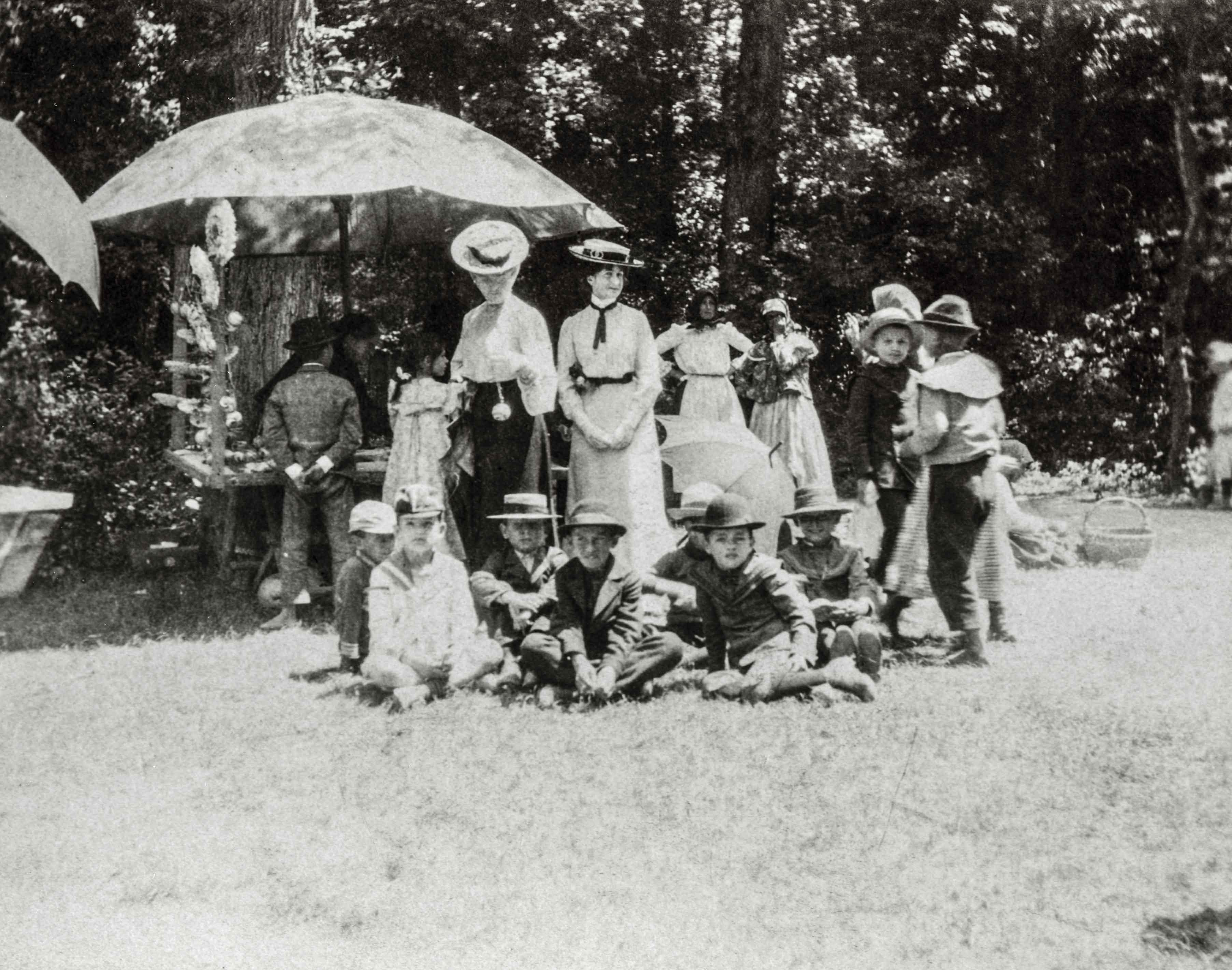 Majális. A zombori Sikara erdő mind a nemesség, mind a polgárság kedvelt kirándulóhelye volt, ahol előszeretettel rendezett az ifjúság tavaszi és nyári mulatságokat.<br />Zombor, 1907 előtt, F 8499<br /><br />Fotó: Alföldy Flóra © Néprajzi Múzeum<br />