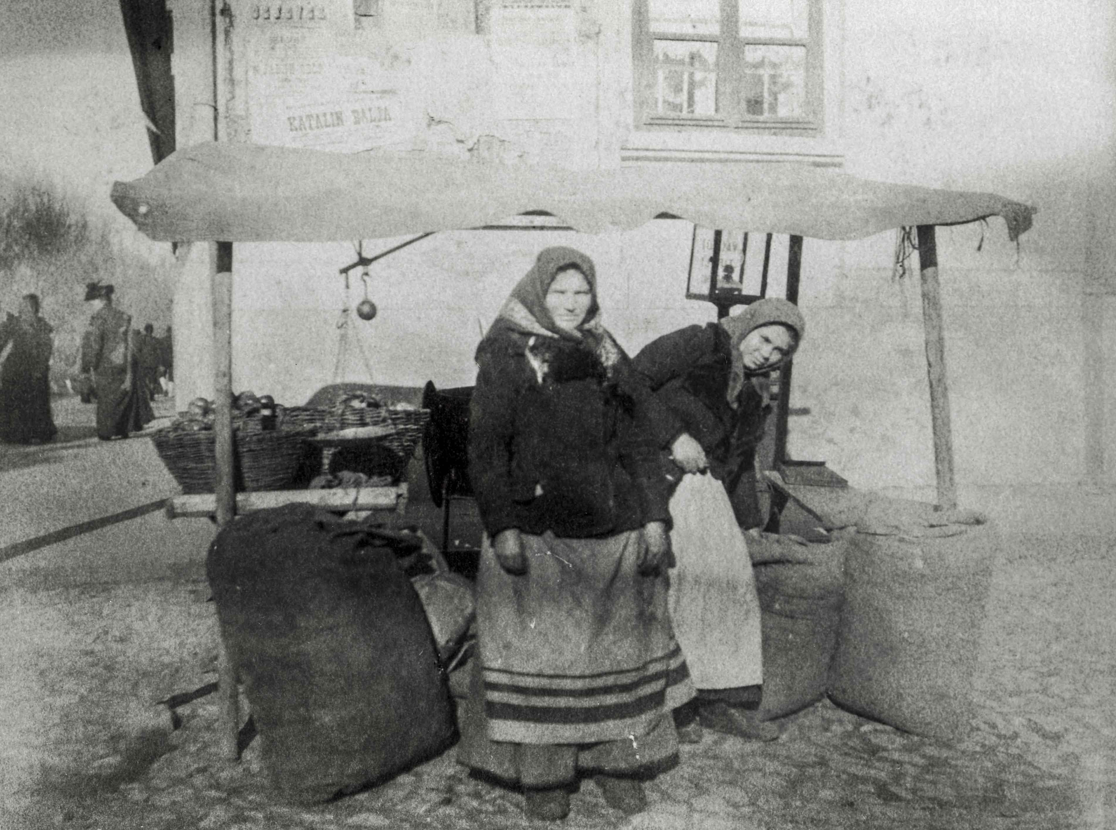 Kofák. Háziasszonyként sokat mozgott a vásárokon, személyesen ismerte a kofákat, az árusokat, akik így teljes természetességgel álltak a még nem mindennaposnak számító, nem megszokott fényképezőgép elé. <br />Zombor, 1907 előtt, F 8489<br /><br />Fotó: Alföldy Flóra © Néprajzi Múzeum<br />