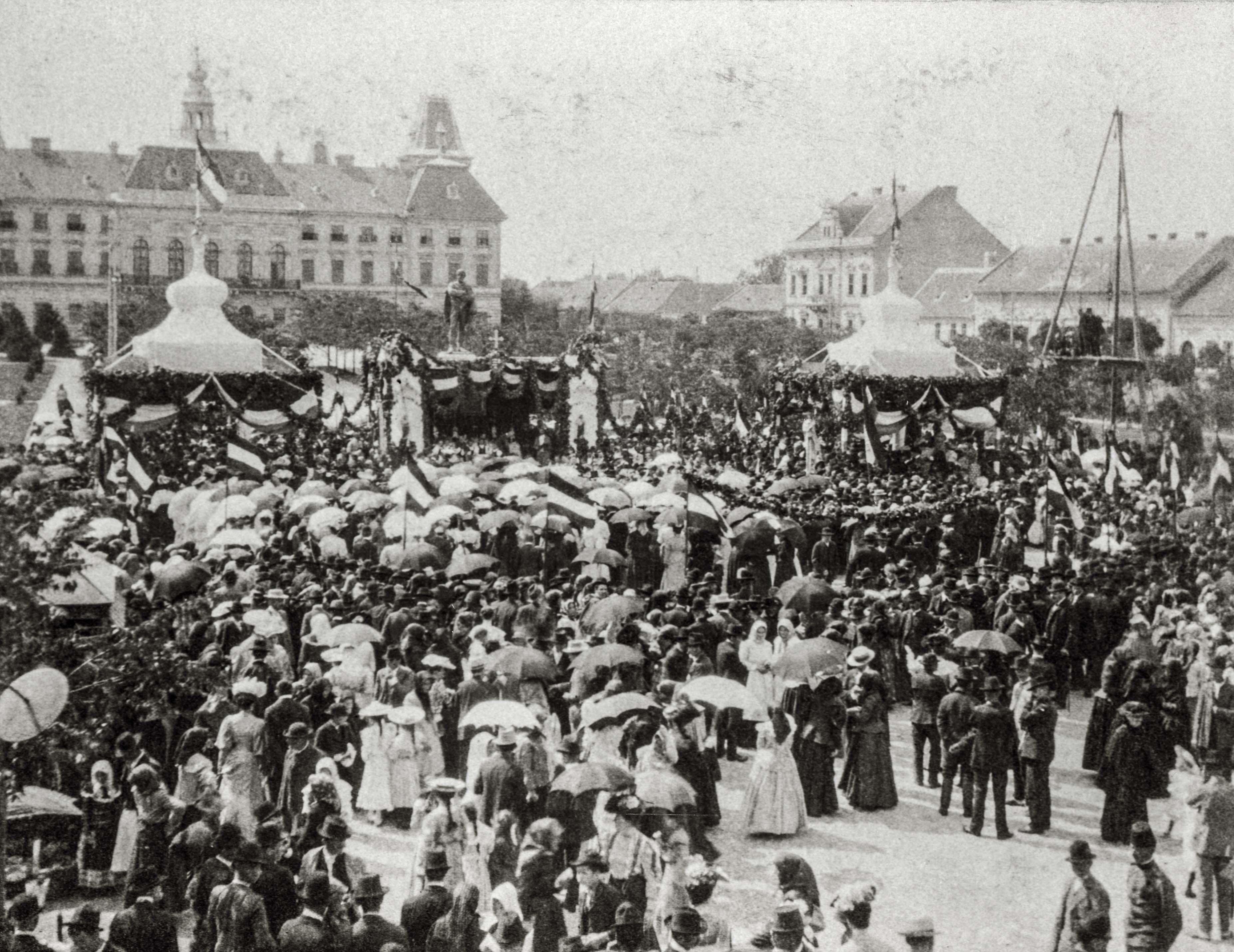 A Zombori Függetlenségi Párt zászlóavatási ünnepe. Napernyős hölgyek és Girardi kalapos lányok sétálnak a vármegyeháza előtt, a feldíszített Szabadság téren.<br />Zombor, 1906. június 17. F 8495<br /><br />Fotó: Alföldy Flóra © Néprajzi Múzeum