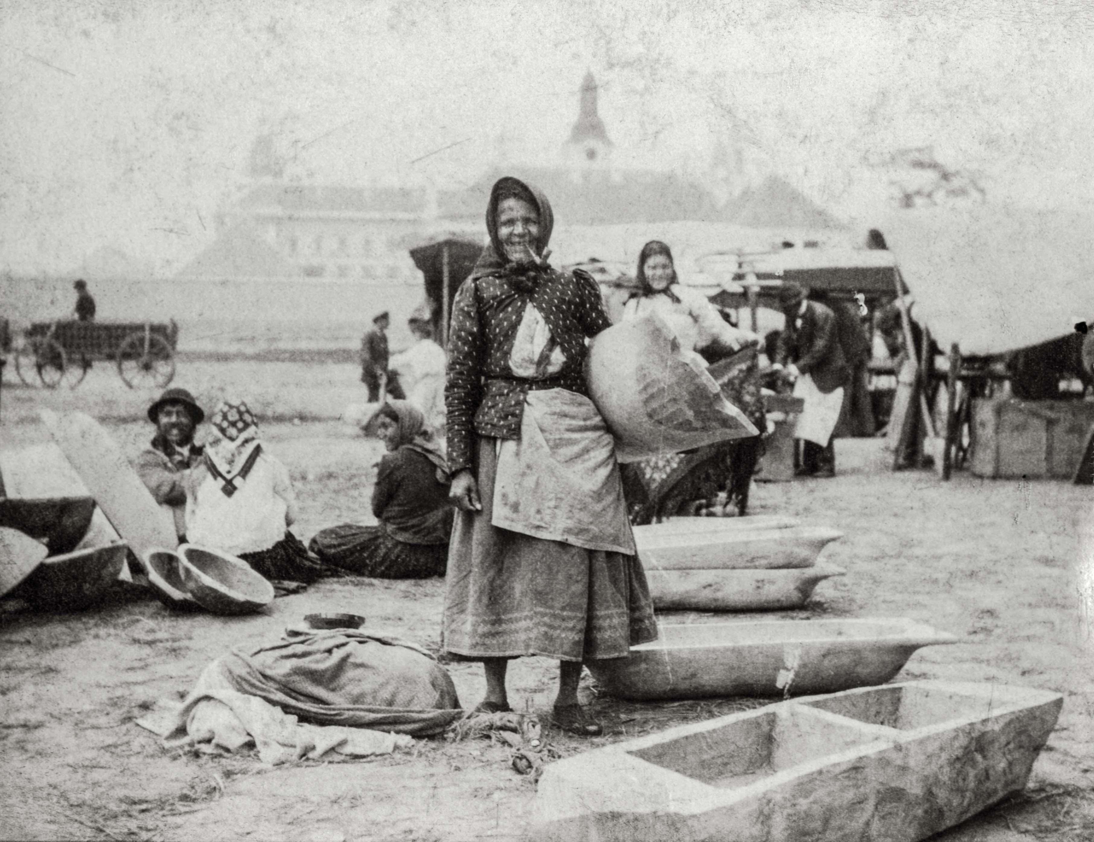 Teknőárusító cigányok<br />Zombor, 1907 előtt, F 8500<br /><br />Fotó: Alföldy Flóra © Néprajzi Múzeum<br />