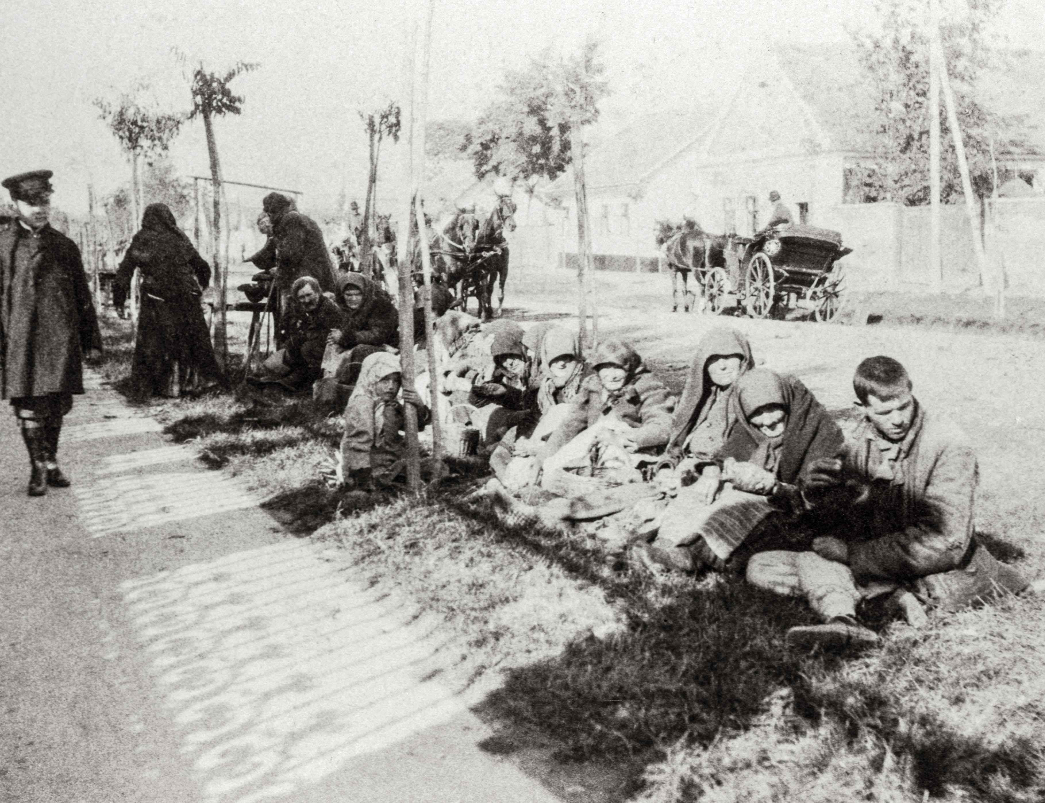 Koldusok. Érzékeny volt a szegényekre, a koldusokra, egyenrangú modellként tekintett rájuk és a városi nagypolgárságra.<br />Zombor, 1907 előtt, F 8502<br /><br />Fotó: Alföldy Flóra © Néprajzi Múzeum<br />