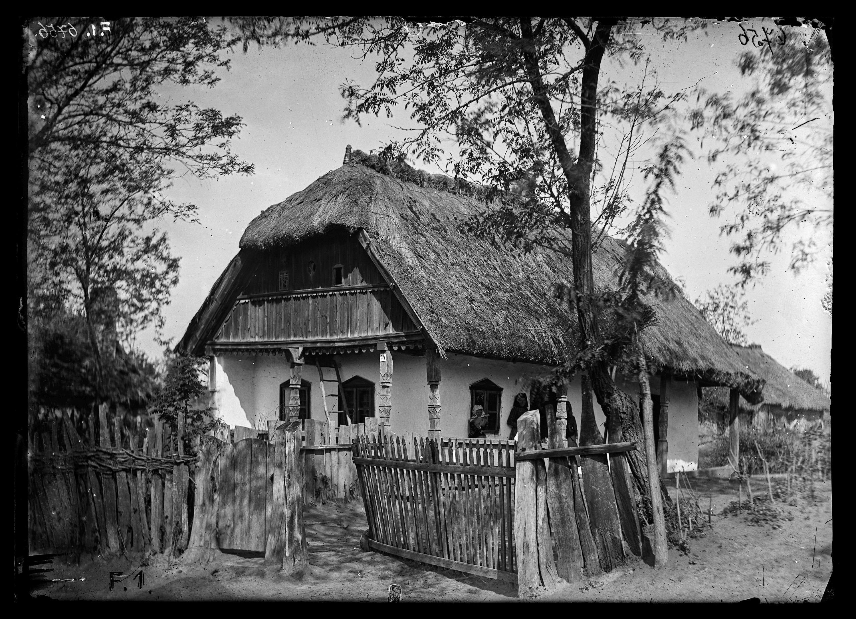 Fotó: Elő- és oldaltornácos magyar ház díszesen faragott tornácoszlopokkal<br />Jankó János felvétele<br />Kiskorpád, 1894<br />Néprajzi Múzeum, F 1<br />