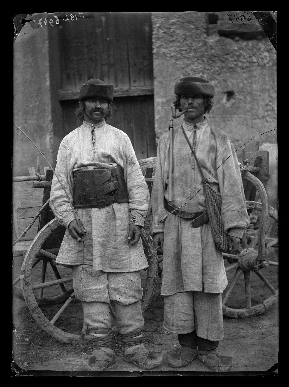 Fotó: Román férfiak<br />Jankó János felvétele<br />Govasdia, 1894<br />Néprajzi Múzeum, F 192<br />
