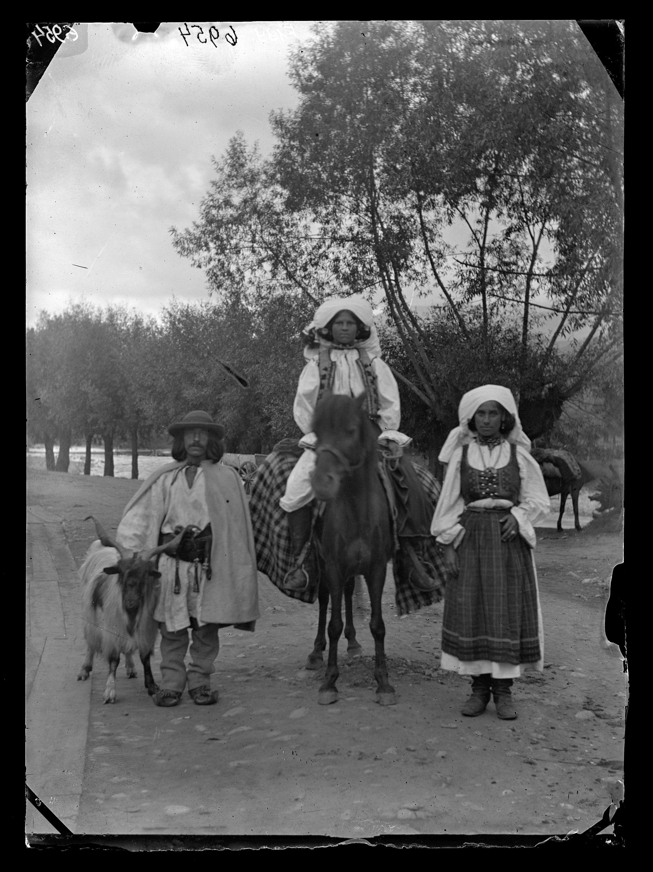 Fotó: Zsil-völgyi román férfi és asszonyok<br />Jankó János felvétele<br />Lupény, 1894<br />Néprajzi Múzeum, F 199<br />