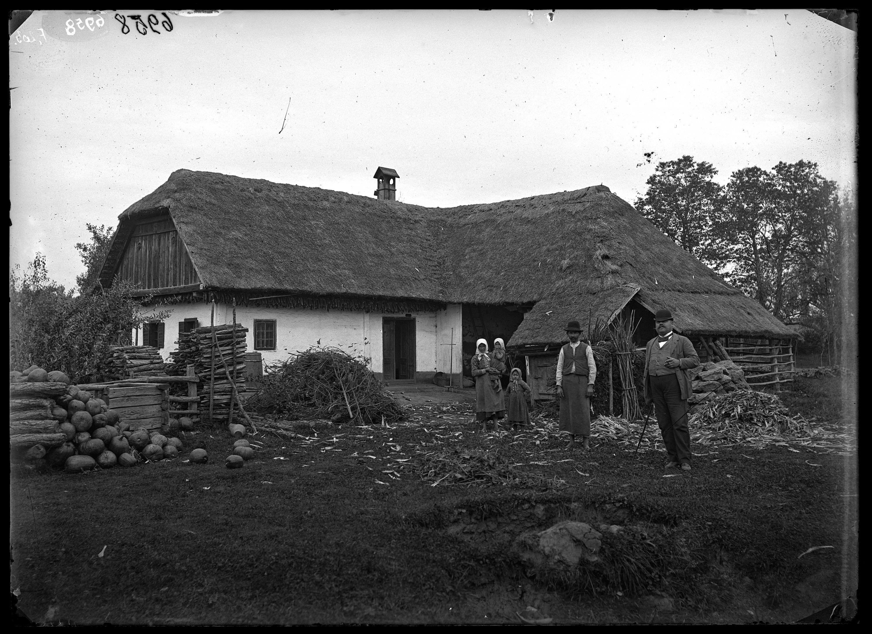 Fotó: Vend negyedtelkes gazda L-alakban épült, szalmatetős lakóháza<br />Jankó János felvétele<br />Rétállás, 1894<br />Néprajzi Múzeum, F 203<br />