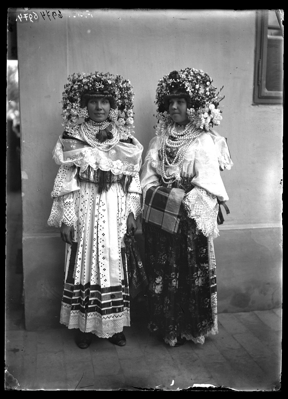 Fotó: Két sokác leány ünnepi viseletben, gyöngyös, művirágos fejdísszel, gyöngysorokkal, gazdagon hímzett ingvállban<br />Jankó János felvétele<br />Szonta (Szond), 1894<br />Néprajzi Múzeum, F 219<br />