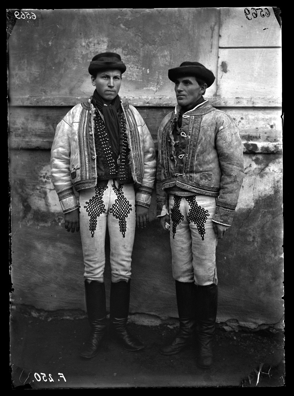 Fotó: Szlovák férfiak dúsan zsinórozott nadrágban<br />Jankó János felvétele<br />Girált, 1894<br />Néprajzi Múzeum, F 250<br />