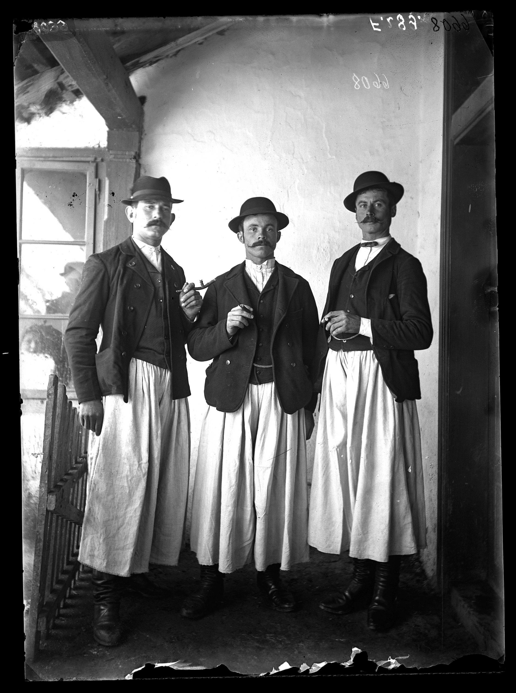Fotó: Magyar legények<br />Jankó János felvétele<br />Nova, 1894<br />Néprajzi Múzeum, F 289<br />
