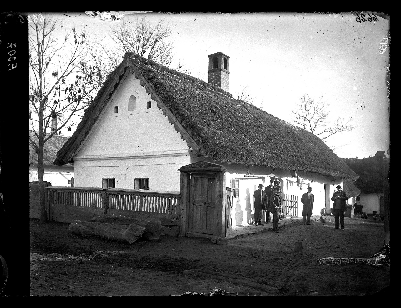 Fotó: Náddal fedett lakóház az utca felől<br />Jankó János felvétele<br />Borsodszirák, 1895<br />Néprajzi Múzeum, F 307<br />