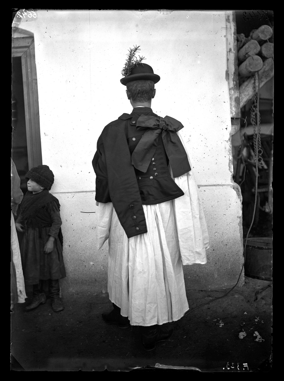 Fotó: Magyar legény viselet hátulról<br />Jankó János felvétele<br />Borsodszirák, 1895<br />Néprajzi Múzeum, F 323<br />