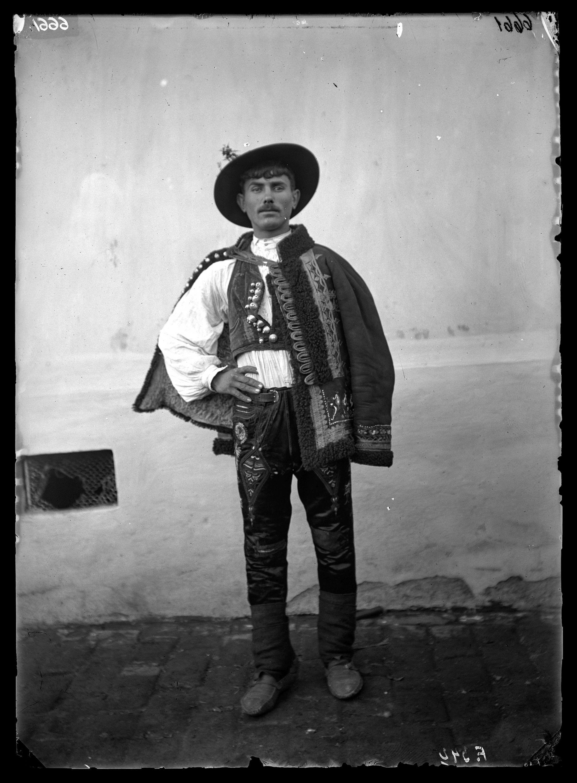Fotó: Szerb legény díszes viseletben<br />Jankó János felvétele<br />Crepaja (Cserépalja), 1894<br />Néprajzi Múzeum, F 342<br />
