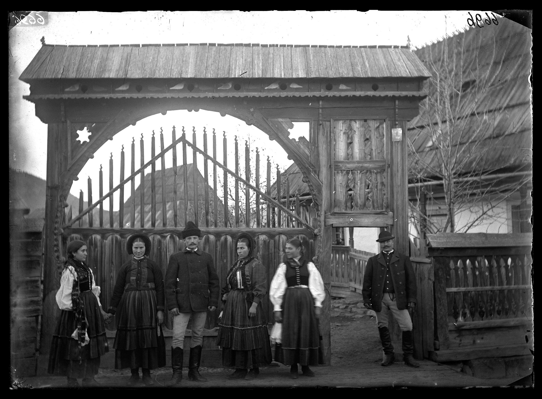 Fotó: Székelykapu előtt álló nők és férfiak<br />Jankó János felvétele<br />Csíkszentdomokos, 1894<br />Néprajzi Múzeum, F 376<br />