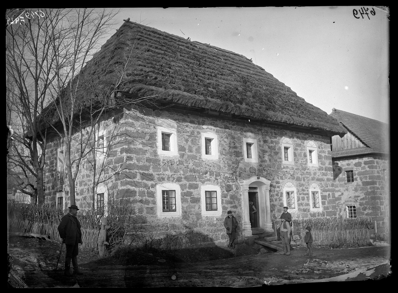 Fotó: Kőből épült, szalmával fedett, új típusú német ház<br />Jankó János felvétele<br />Handlova (Nyitrabánya), 1895<br />Néprajzi Múzeum, F 429<br />