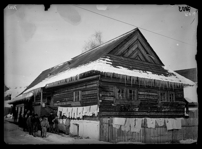 Fotó: Zsindellyel fedett, fecskefogas boronafalú, szlovák ház<br />Jankó János felvétele<br />Plavnica (Palonca), 1895<br />Néprajzi Múzeum, F 436<br />