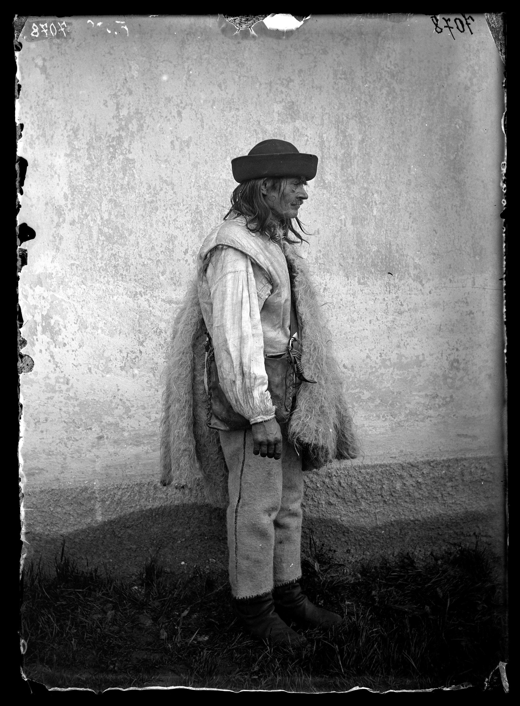 Fotó: Rutén férfi viselete oldalról<br />Jankó János felvétele<br />Verecke, 1895<br />Néprajzi Múzeum, F 500<br />