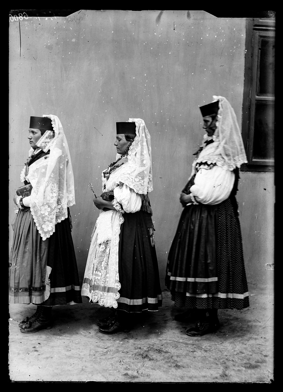 Fotó: Magyar menyecskék viselete oldalról<br />Jankó János felvétele<br />Csököly, 1894<br />Néprajzi Múzeum, F 51<br />