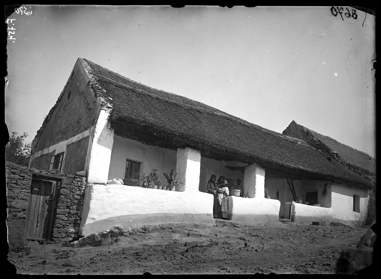 Fotó: Nádtetős, falazott tornácos magyar ház<br />Jankó János felvétele<br />Kővágóörs, 1894<br />Néprajzi Múzeum, F 754<br />