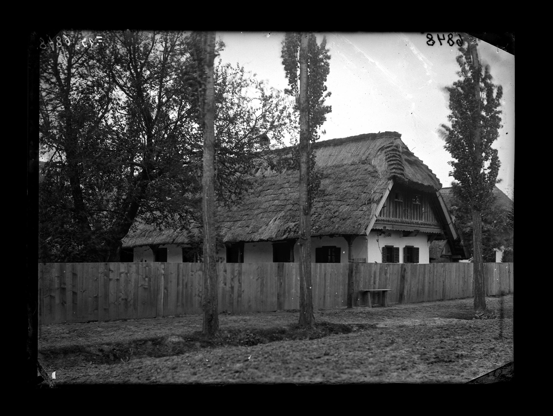 Fotó: Zsúppal fedett magyar ház deszkakerítéssel<br />Jankó János felvétele<br />Nagydobsza, 1895<br />Néprajzi Múzeum, F 93<br />